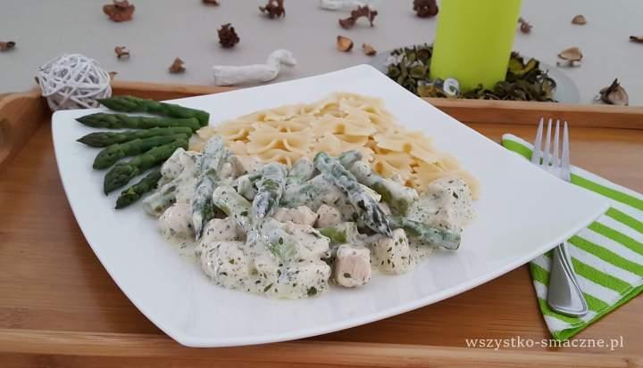 Szparagi i filet kurczaka w sosie śmietanowym