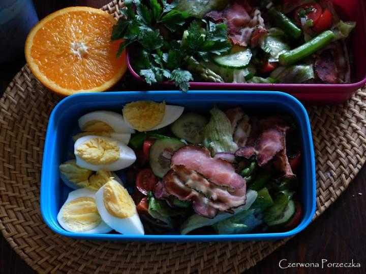 Sałatka z boczkiem, jajkiem i szparagami