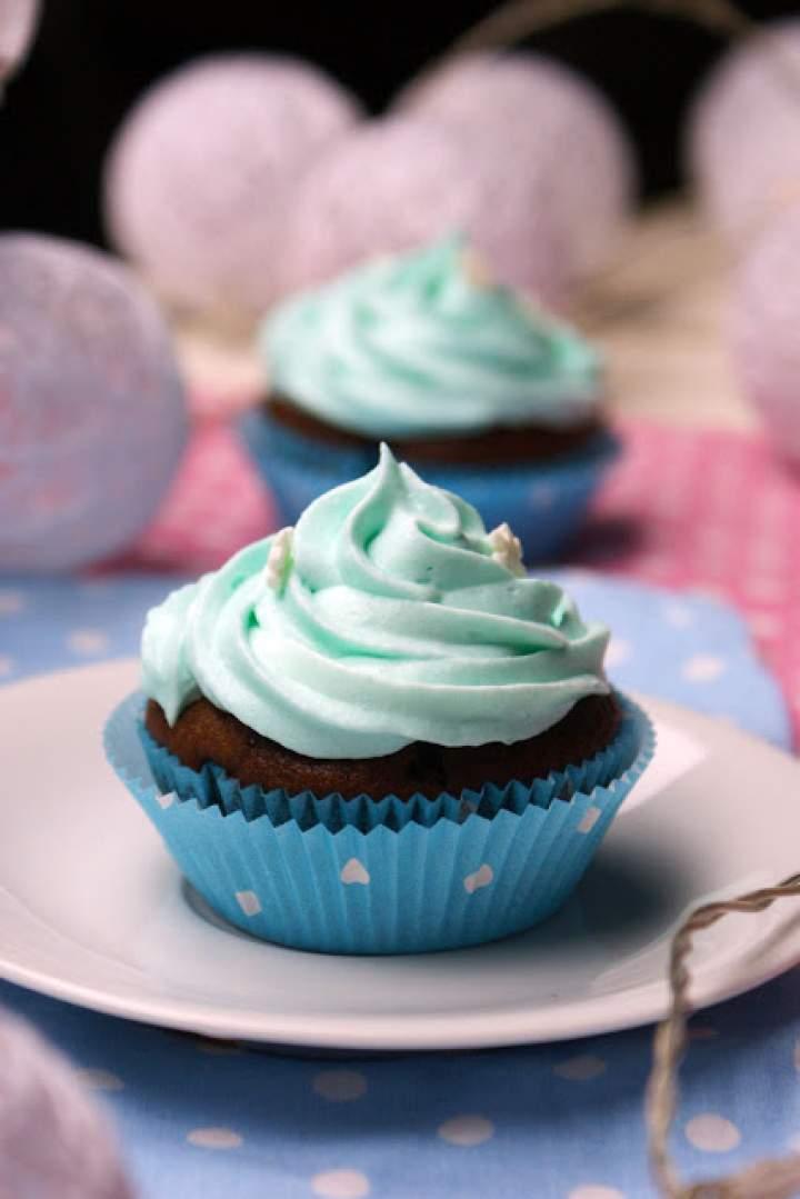 Smerfy – niebieskie babeczki brownie z jagodami
