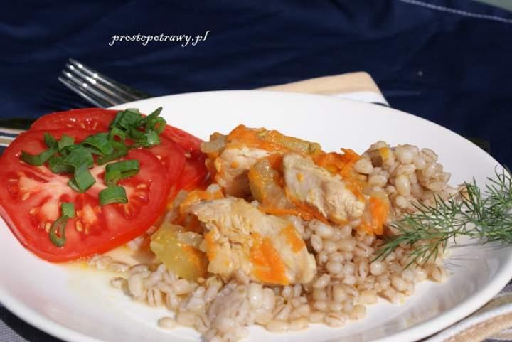 Gulasz z indyka z papryką i marchewką