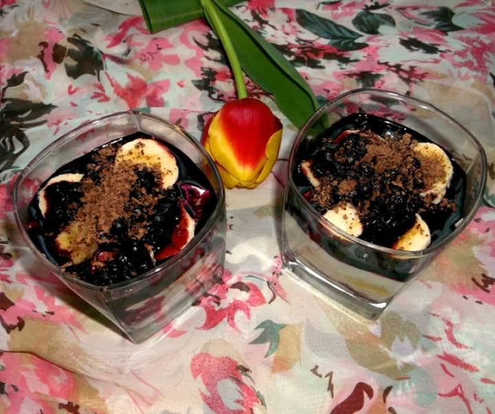 Deser bananowo-jogurtowo-jagodowy z kakao i płatkami migdałowymi