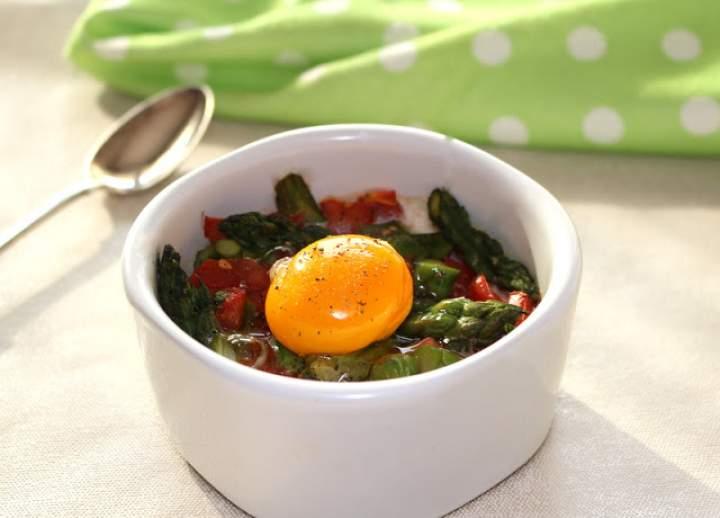 Jajko sadzone na szparagach i pomidorach