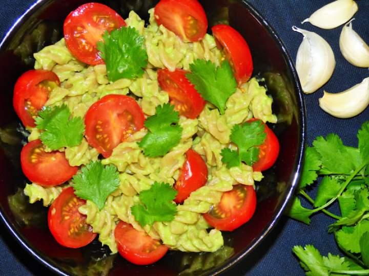 Makaron z sosem z awokado i pomidorkami koktajlowymi