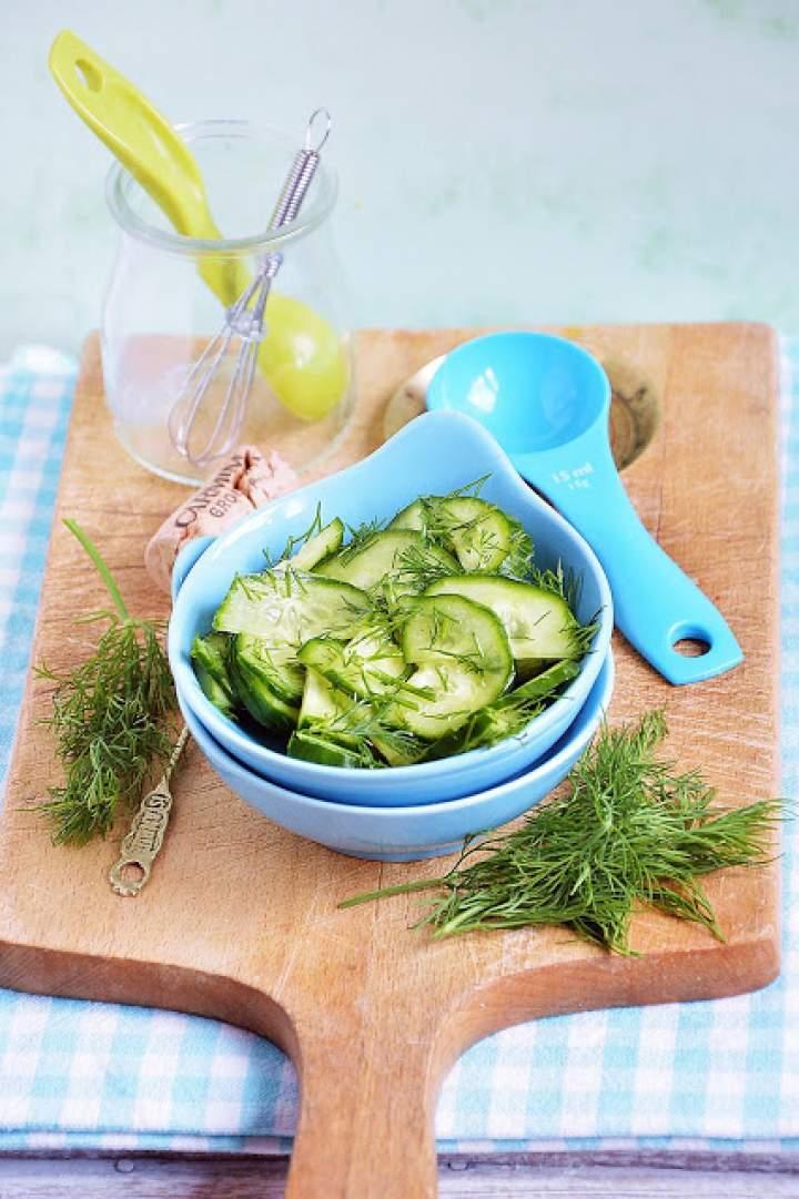 Sałatka z ogórka zielonego z koperkiem