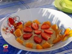 Jaglanka z syropem klonowym, truskawkami i pomarańczami