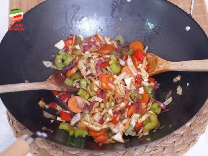 Kapusta, marchewka, seler naciowy i papryka z woka