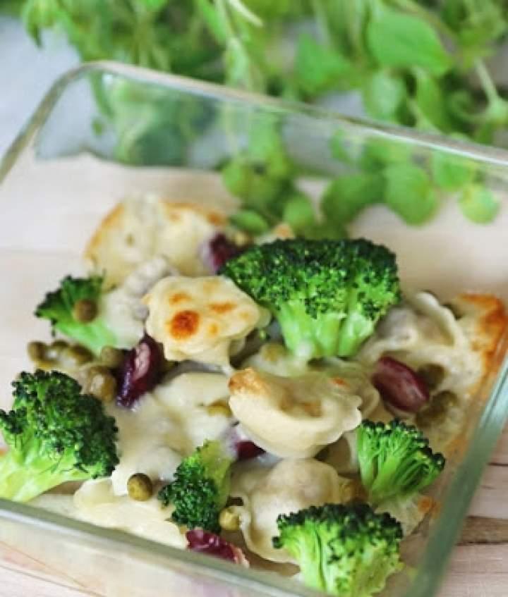 Inspirujące! Pachnące! Sycące! Uszka z mięsem zapiekane z brokułami i czerwoną fasolką pod serową pierzynką