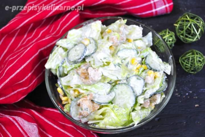 Sałatka z kurczakiem i sałatą lodową w sosie czosnkowym