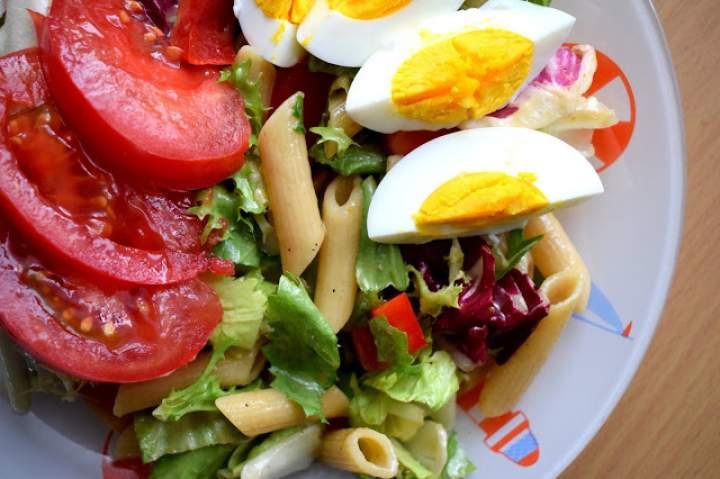 Sałatka z makaronem i jajkiem – fit, lekko i zdrowo :)