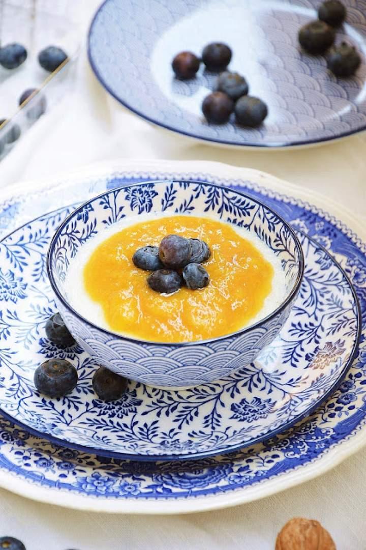 Kasza manna na mleku z musem brzoskwiniowym