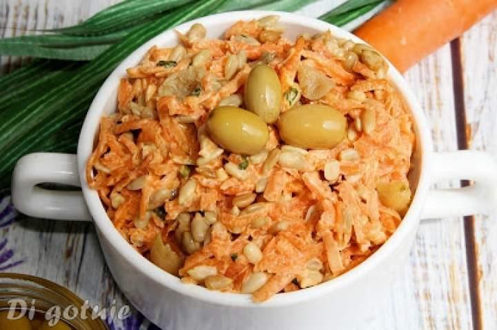 Surówka z marchewki z pestkami słonecznika i dereniem kiszonym