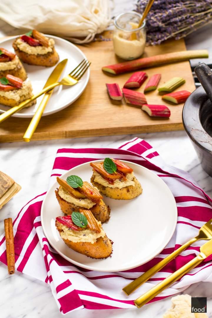 Tosty francuskie z twarożkiem z nerkowców i rabarbarem