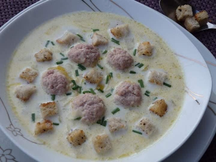 Zupa serowa z porem i pulpetami