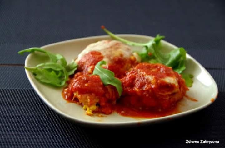 Pyszne jaglane pulpety w sosie pomidorowym zapiekane z mozzarellą. Lekkie i proste danie na każdą kieszeń.