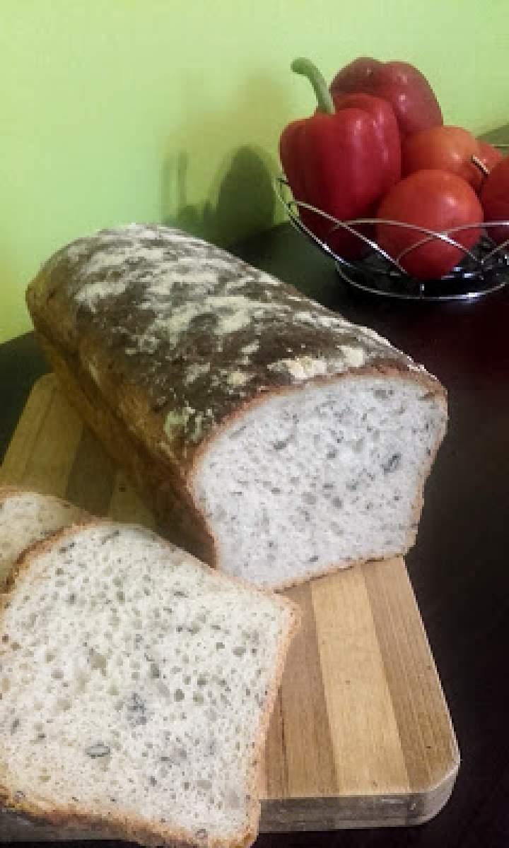 Chleb pszenny z ziarnami.