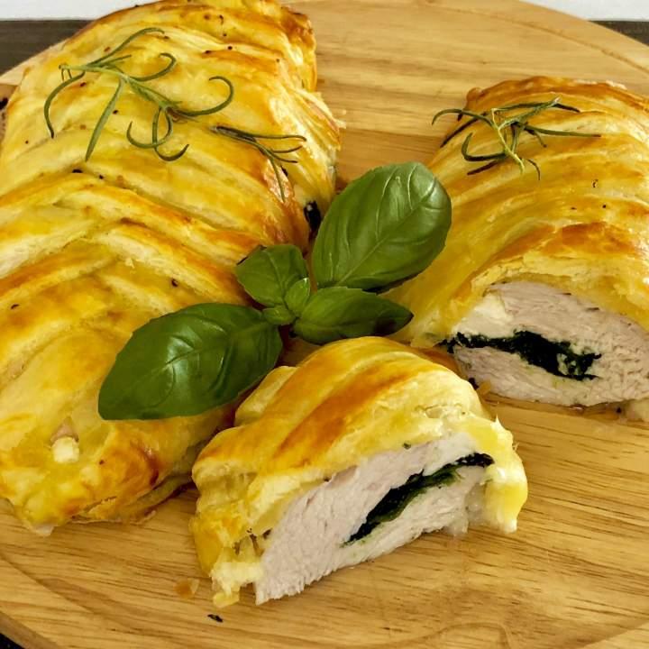 Faszerowany filet z kurczaka zapiekany w cieście francuskim