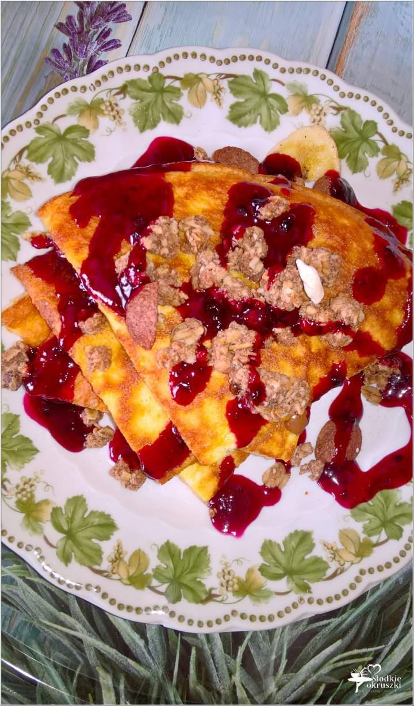 Puszysty omlet z musli w jagodowym sosie