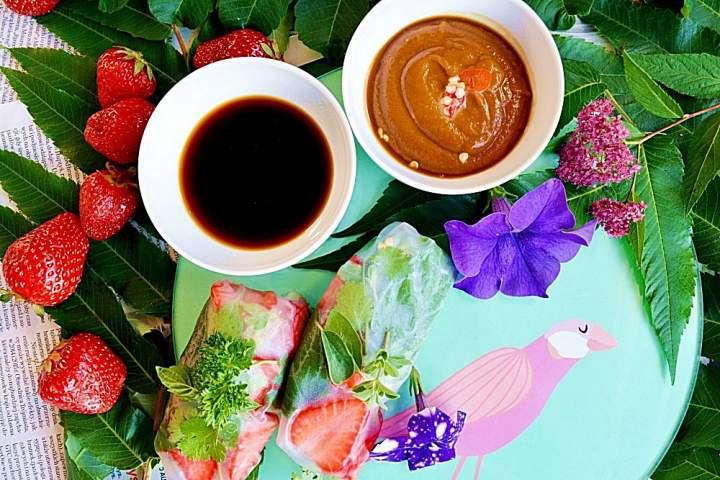 Spring rolls z truskawkami, świeżym majerankiem i sosem orzechowym