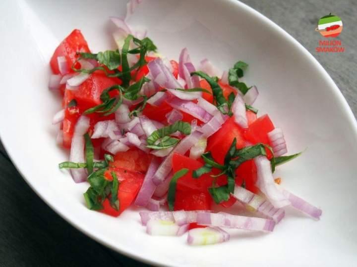 Surówka z pomidorów, szalotki i bazylii