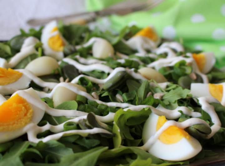 Czosnkowa sałatka z bobem i jajkiem
