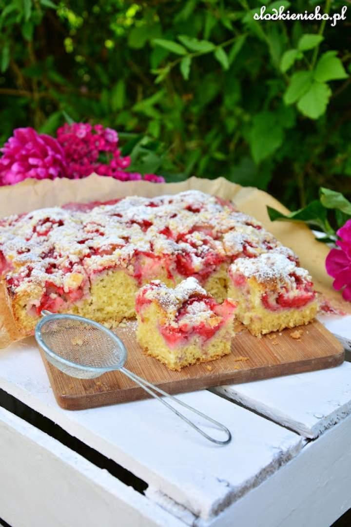 Łatwe ciasto ucierane na kefirze z truskawkami i kruszonką