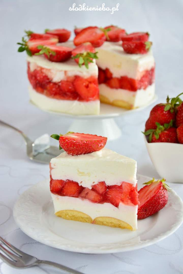 Torcik jogurtowy z truskawkami (bez pieczenia, z biszkoptami)