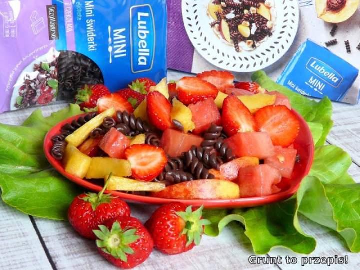 Sałatka owocowa z czekoladowym makaronem