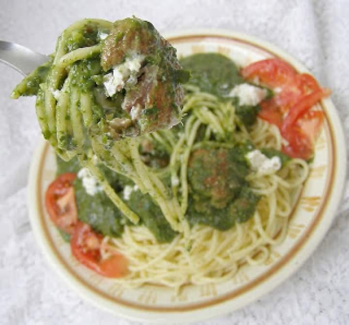 makaron spaghetti ze szpinakiem i klopsikami…