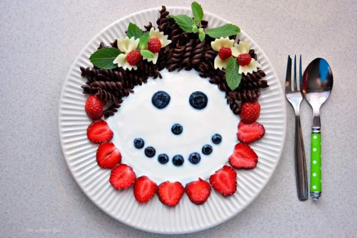 Makaronowo-jogurtowa buzia z owocami