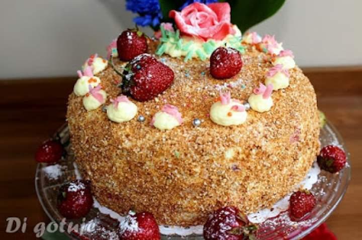 Tort z truskawkowym kremem maślanym