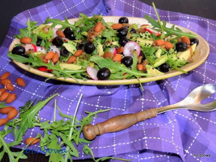 Śródziemnomorska sałatka z awokado, rukoli i oliwek