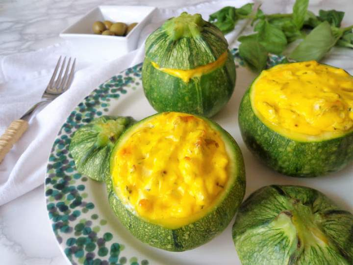 Cukinia faszerowana ziołowym serkiem z oliwkami (Zucchine ripiene di formaggio alle olive e erbe)