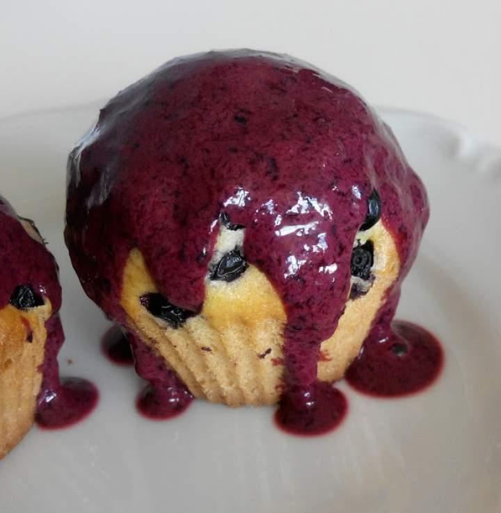 Jagodowe muffiny z polewą jogurtowo-jagodową