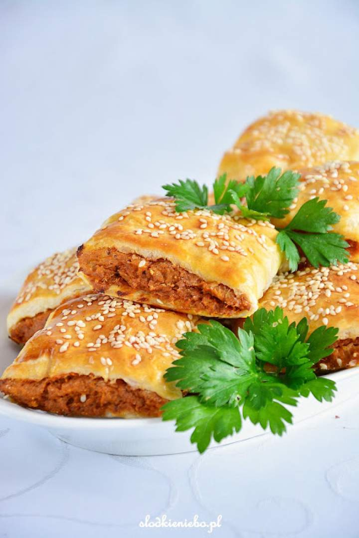 Paszteciki z ciasta francuskiego z kurczakiem z rosołu