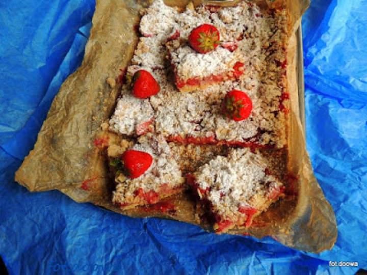 Kruche ciasto owsiane z truskawkami