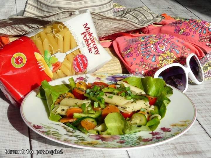 Sałatka z cukinią i makaronem na piknik