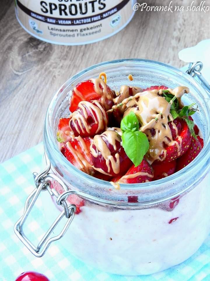 Truskawkowy pudding ryżowy z kiełkującym lnem (wegański).