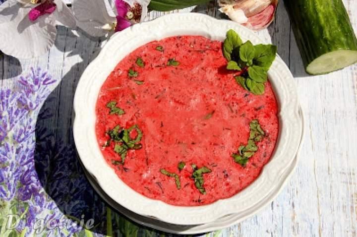 Koperkowo-miętowy chłodnik z czerwonego barszczu