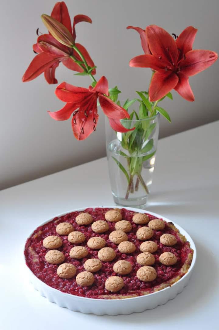 Jaglana tarta z porzeczkami i ciastkami amaretti