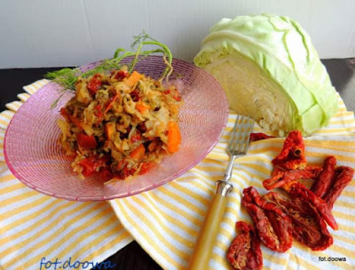 Młoda kapusta z marchewką, koperkiem i suszonymi pomidorami