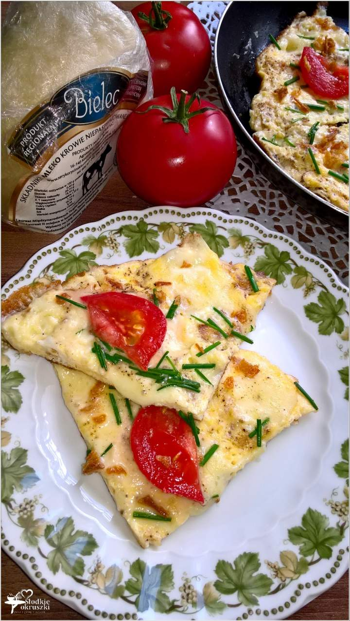 Szybki omlet z serem korycińskim, prażoną cebulką i dodatkami