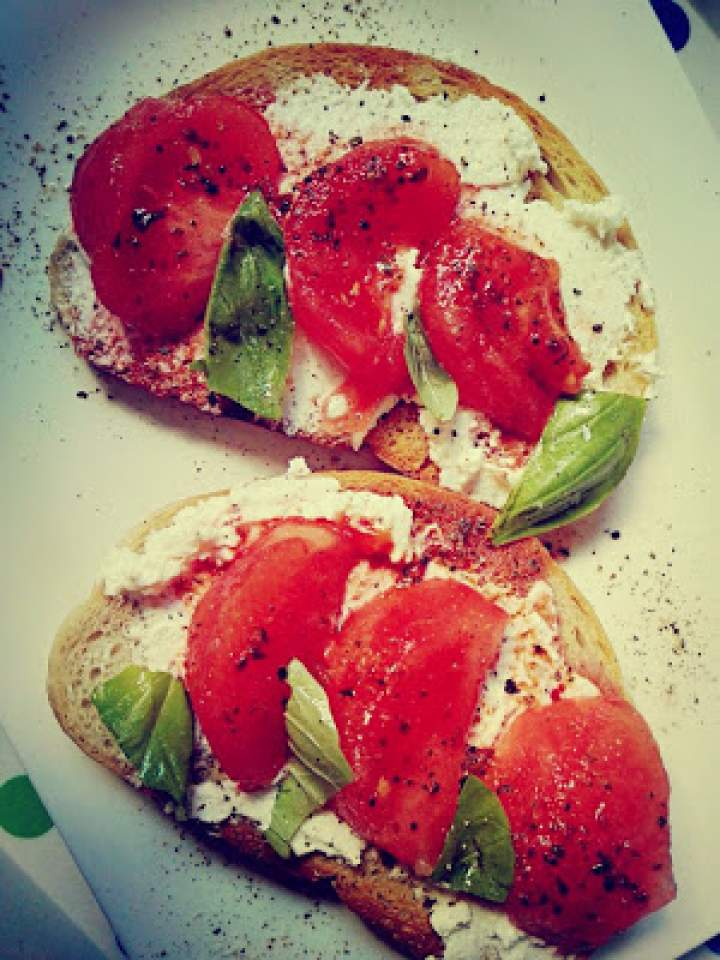 Kanapki na ciepło z marynowanym pomidorem