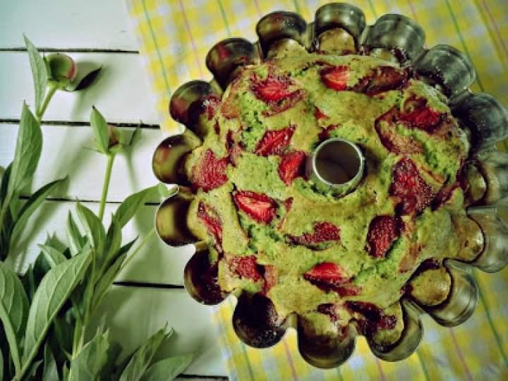 Szpinakowa babka z truskawkami