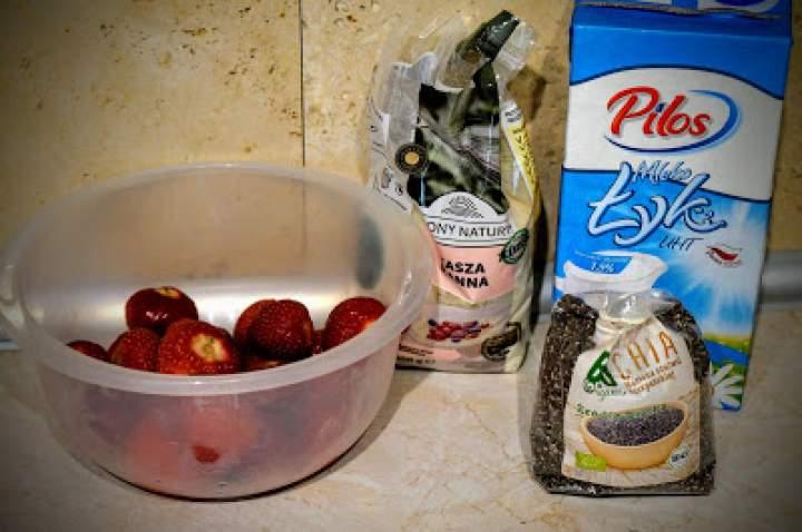 Pudding chia z kaszy manny z musem truskawkowym