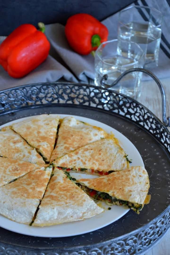 Quesadilla z mięsem, papryką, szpinakiem i mozzarellą