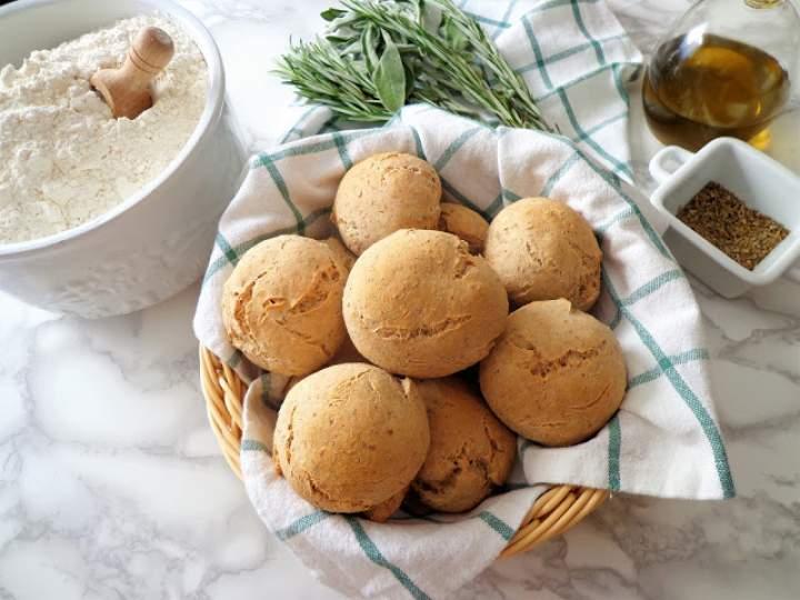 Z cyklu: Domowe pieczywo – Razowe bułeczki z ziołami prowansalskimi (Panini integrali con erbe di provenza)