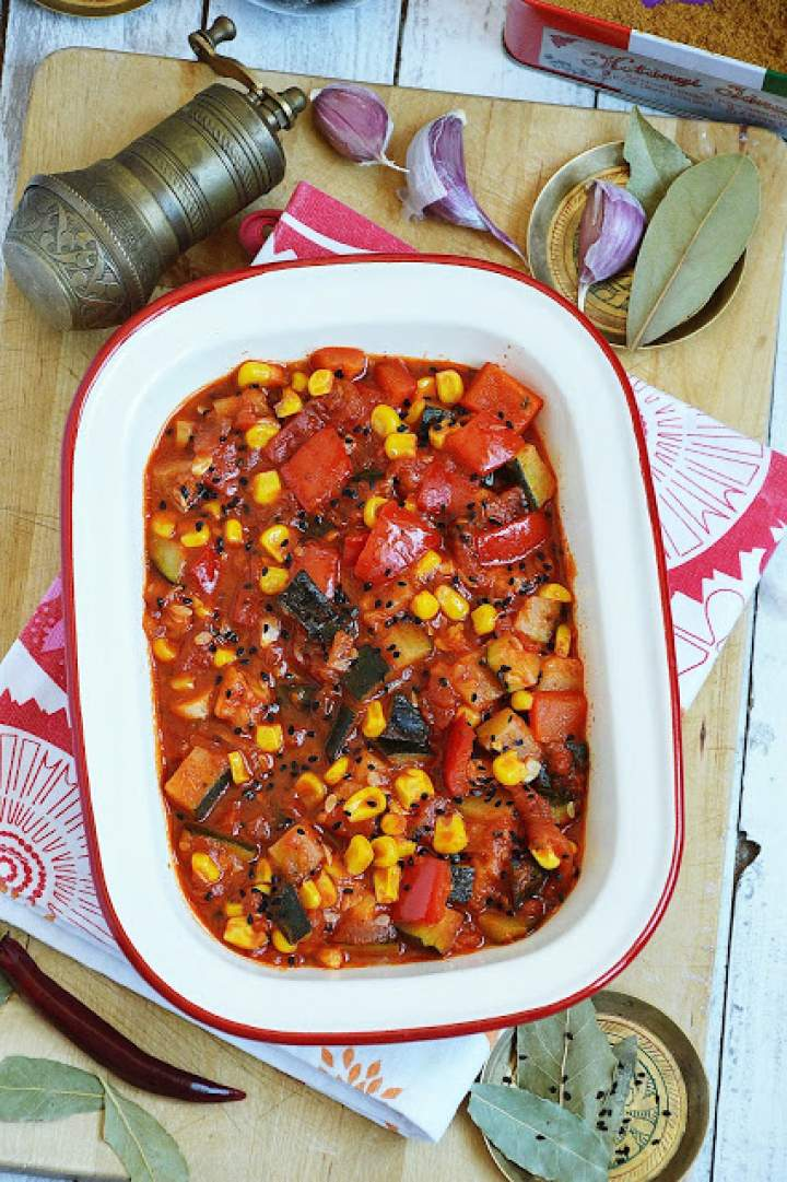 Cukinia z papryką i kukurydzą w pomidorach
