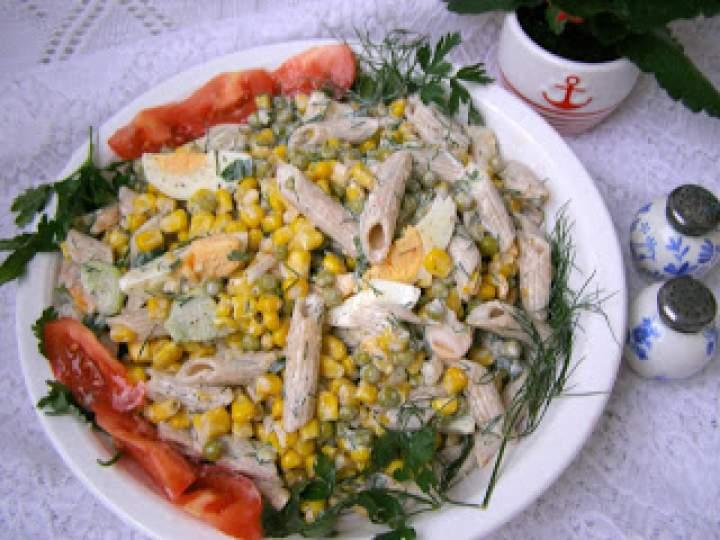 sałatka z razowego makaronu z warzywami i sosem majonezowo-maślankowym…