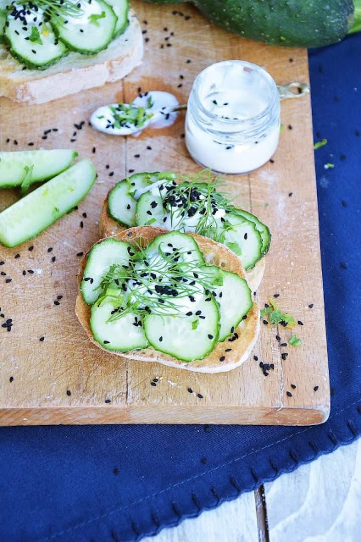 Chrupiące grzanki ze świeżym ogórkiem zielonym, jogurtem i czarnuszką