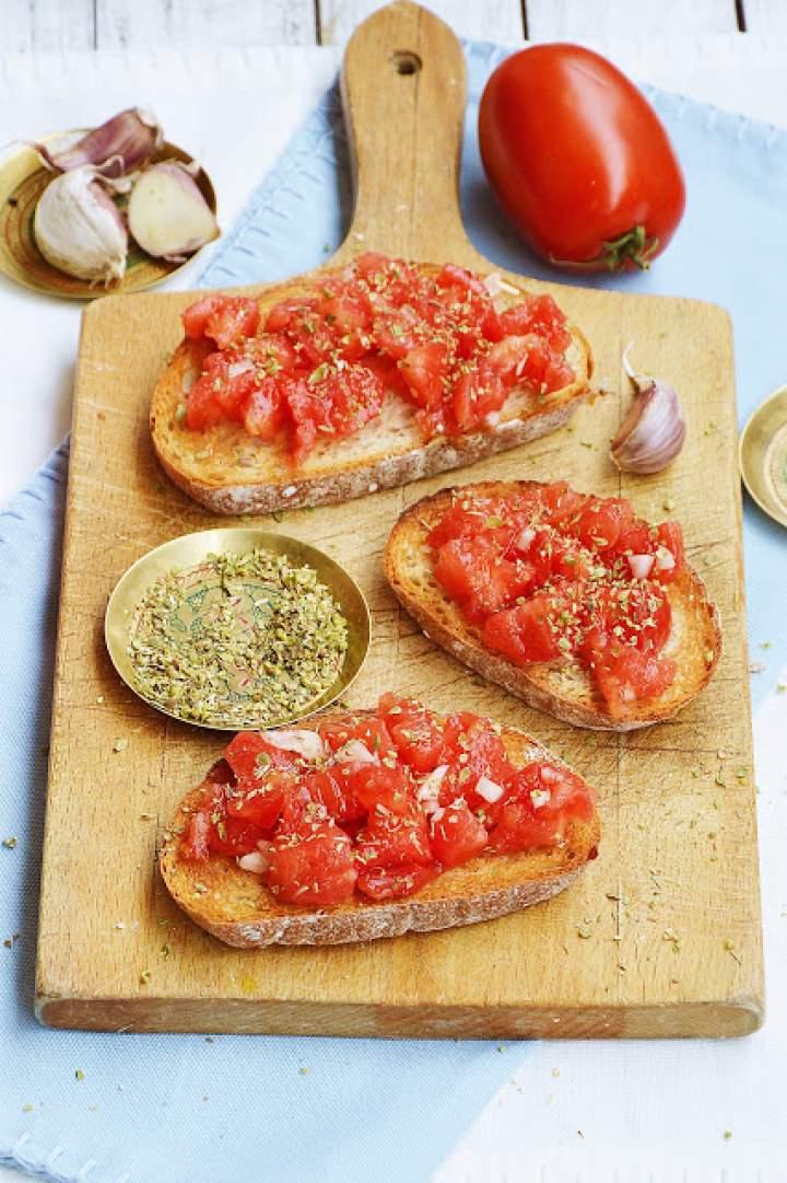 Grzanki z pomidorem, czosnkiem i oregano